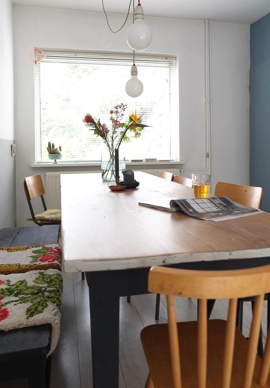 Pimpelwit Interieurontwerp- eettafel- styling-bloemen-kanderlaar-houten tafel-bank-schoolstoel