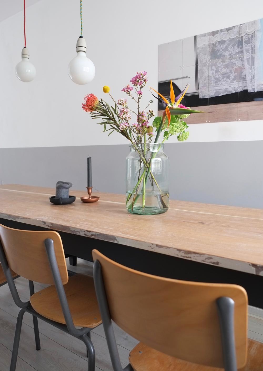 Pimpelwit Interieurontwerp- eettafel- styling-bloemen-kanderlaar-houten tafel-schoolstoel
